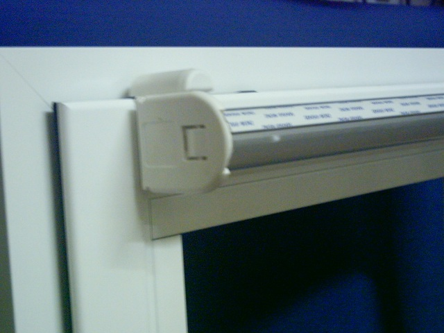 Soporte ventana con mecanismo estor enrollable, vista frontal